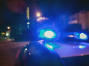 Dolle achtervolging eindigt met crash tegen elektriciteitspaal: twee politiewagens beschadigd