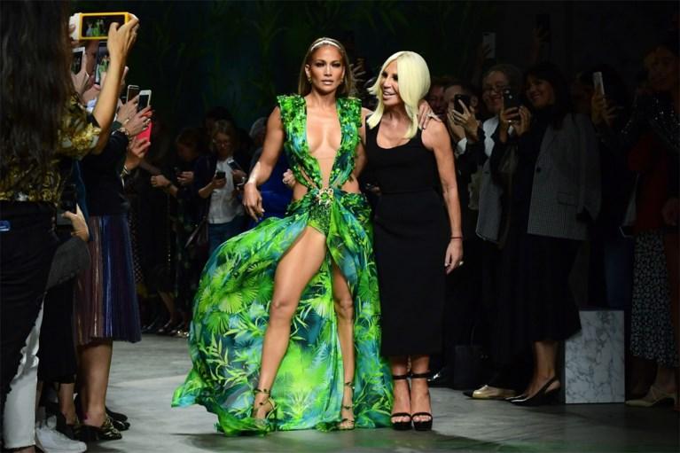 Verrassing van formaat tijdens modeshow Versace: Jennifer Lopez showt nog eens haar iconische jurk uit 2000
