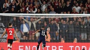 Premier League-doelman geeft assist vanuit eigen zestien, met dank aan... zijn concurrent aan de overkant
