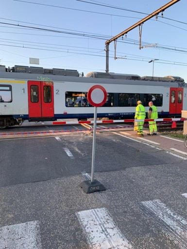 Gekantelde oplegger trekt spoorrails omhoog in Beervelde