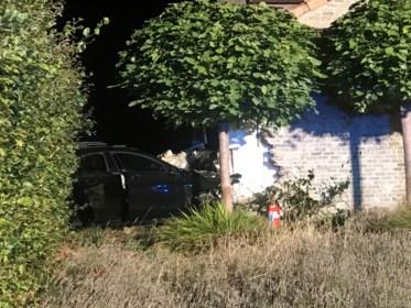 """Mercedes vliegt uit bocht en crasht tegen woning: """"De muren zijn 15 centimeter verschoven"""""""