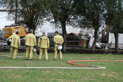 Brandweer rukt uit voor 'gewoon brandje' en ziet zich geconfronteerd met inferno dat twee bedrijven in de as legt