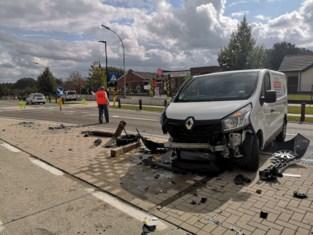 Bestelwagen ramt verkeerspaaltjes
