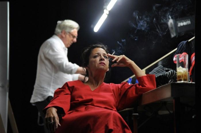 """Toeschouwers toneelstuk krijgen opvallende mededeling voor aanvang: """"Wie bang is"""" van sigaret, krijgt zijn geld terug"""