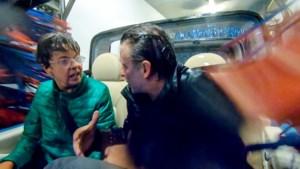 Luk Alloo rijdt met Ingeborg in cabrio door carwash om haar uit het lood te slaan
