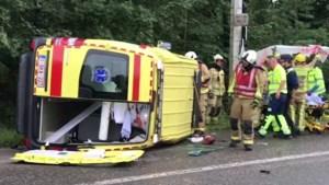 Hulpverleenster zwaargewond nadat Porsche inrijdt op ziekenwagen