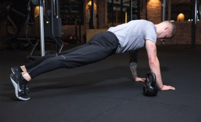 Een stevige buik en sterke rug met de kettlebell: onze fitcoach doet het voor