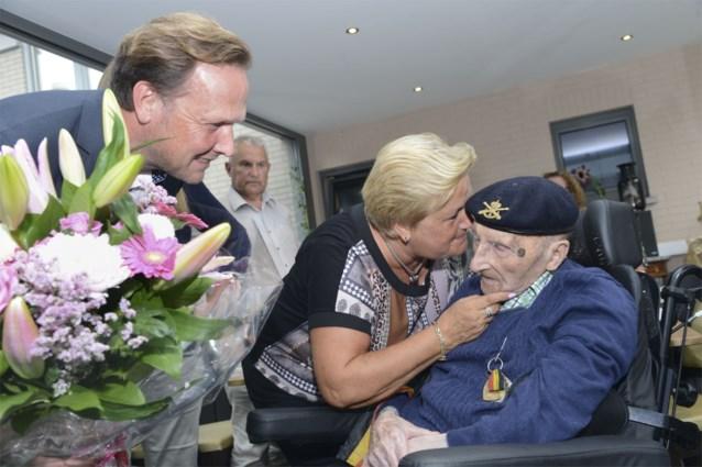 Maurits blaast 108 kaarsjes uit en is oudste man van het land