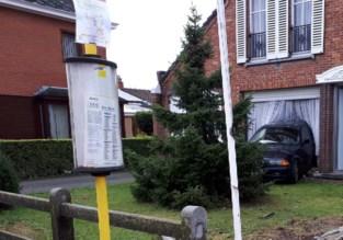 18-jarige rijdt met auto woonkamer van huis binnen
