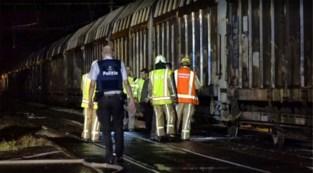 Vier mannen rijden auto vast op overweg na nachtje stappen, even later crasht trein tegen wagen