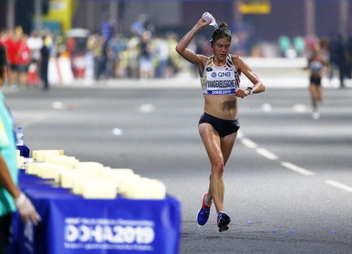 """WK ATLETIEK. Belgische haalt finish in """"onverantwoorde"""" marathon: recordaantal opgaves en hallucinante beelden"""