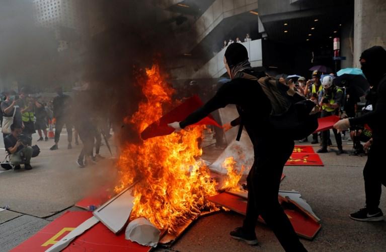 Opnieuw rellen in Hongkong: politie zet traangas en pepperspray in tegen verboden betoging