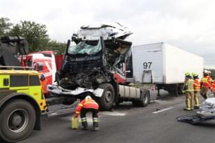 Ernstige verkeershinder op E34 door kop-staartaanrijding tussen twee vrachtwagens