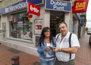 """Opluchting bij Jenny (70) nadat krantenboer verloren portefeuille terugbezorgt: """"Er zijn nog eerlijke mensen"""""""