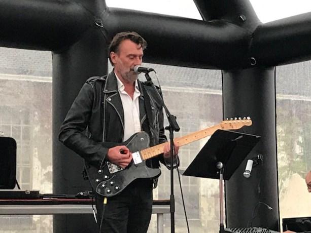 """Daan geeft verrassingsconcert aan het slot van Refugee Walk in Leuven: """"We kunnen meer vluchtelingen aan"""""""