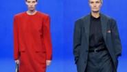 Gezichtsimplantaten, kredietkaarten en torenhoge schouders: Balenciaga tekent voor bevreemdende modeshow