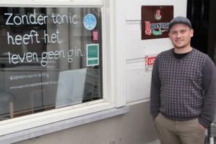 """Spreuken op etalages en ramen moeten mensen zich beter doen voelen: """"Zonder tonic heeft het leven geen gin"""""""