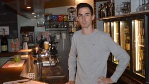 """Adaim (24) is nog geen jaar bezig, maar nu al is zijn zaak het 'Beste Café': """"De klanten zijn vrienden geworden"""""""