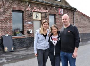 """Café zonder tapkraan verbindt generaties: """"Tachtigers en twintigers samen aan de toog"""""""