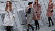 Vrouw uit publiek klimt catwalk op tijdens Chanel-defilé