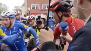 Renners op de vuist na valpartij: Florian Sénéchal van Deceuninck-Quick Step vecht met Duitser van Sunweb