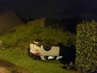 Auto over de kop: bestuurder ongedeerd