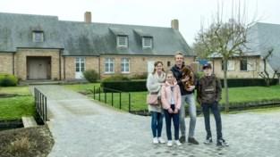"""Rijk gezin wisselt luxueuze hoeve voor arbeiderswoning van arm gezin: """"We waren zó blij toen we terug naar huis mochten"""""""
