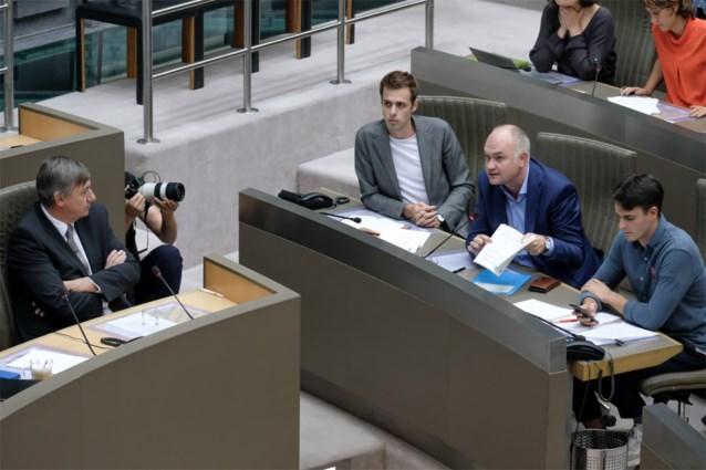 """Oppositie dreigt halfrond te verlaten zonder begrotingstabellen op tafel: """"Klein kind dat spelletjes speelt"""""""