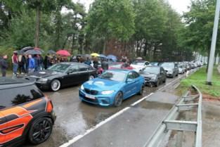 """Indrukwekkende rouwstoet van BMW's voor verongelukte broers: """"Auto's betekenden zoveel voor hen"""""""