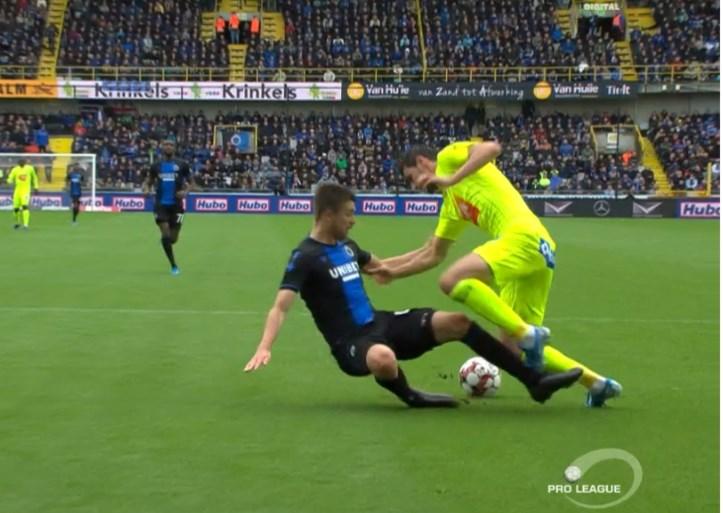 VAR Laforge gaat opnieuw de mist in: geen strafschop voor Gent na duidelijke overtreding van Brandon Mechele