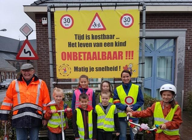 """Emotionele boodschap voor snelheidsduivels aan schoolpoort: """"Tijd is kostbaar, het leven van een kind is onbetaalbaar"""""""