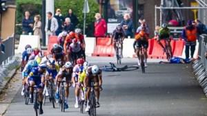 """Discussie over """"die oude dranghekken"""" in de koers laait weer op na zware val: """"Maar de UCI vindt de lengte van de sokken belangrijker"""""""