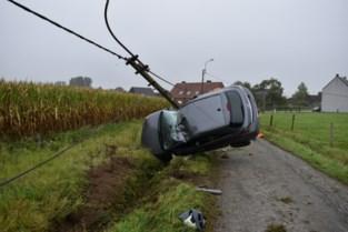 Man zwaargewond na spectaculaire crash tegen verlichtingspaal