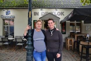 Jelle en Mira geven tapkraan café In De Klok door aan Valérie