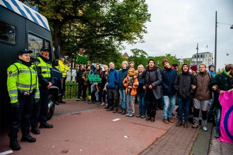 """Twee weken """"internationale rebellie"""" voor klimaat van start: meteen tientallen arrestaties in Amsterdam, Londen, Sydney en Wellington"""