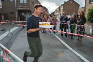 Barmannen en -vrouwen houden loop in dorpscentrum van Wommersom