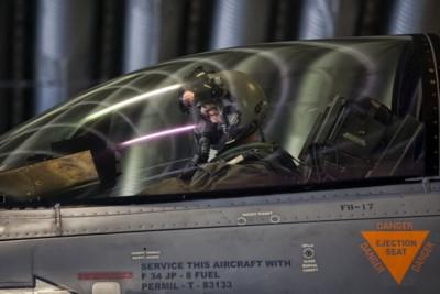 """F-16-piloot verblind door laserstraal, zo gevaarlijk is dat: """"Piloot kan controle over vliegtuig verliezen"""""""