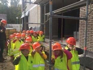 Kleuters bezoeken bouwwerf van eigen nieuwe schooltje