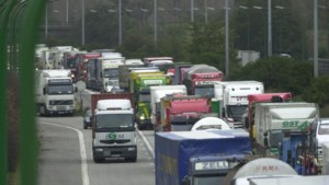 E19 volledig afgesloten door gekantelde vrachtwagen met ontvlambare vloeistof: gemeentelijk rampenplan afgekondigd