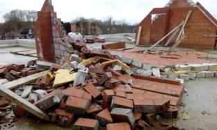 Aannemer ging failliet en aantal muren sneuvelde in storm, toch wil sociale huisvestingsmaatschappij dit project nog afkrijgen