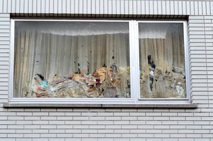 """Vuilste pand van Sint-Amandsberg wordt opgekuist: """"Dit loopt de spuigaten uit, de drek komt vanonder de deur"""""""