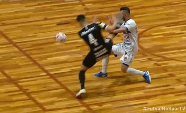 Zaalvoetballer trapt tegenstander KO met brutale karatetrap op het hoofd