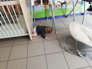 """Mama dient klacht in tegen crèche: """"Wie laat er nu een baby op een koude tegelvloer liggen?"""""""