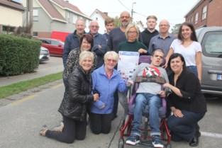 Mama eerst afkerig van hulp, maar buren tonen zo'n groot hart voor gehandicapte Thomas dat ze niet kan weigeren
