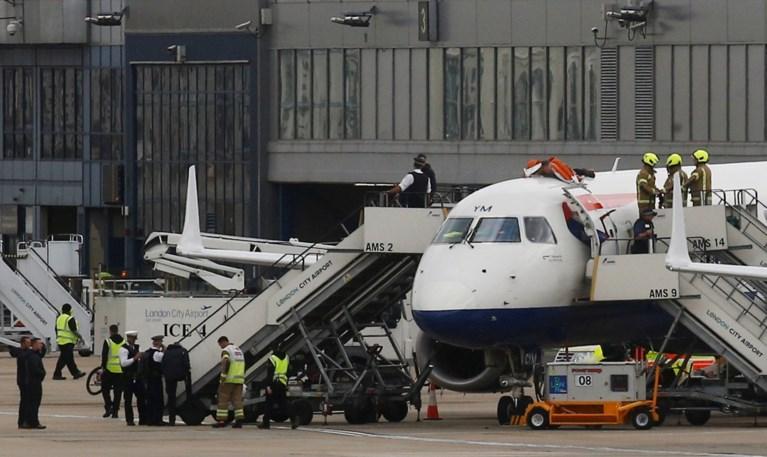 Slechtziende klimaatactivist klimt op vliegtuig in Londense luchthaven