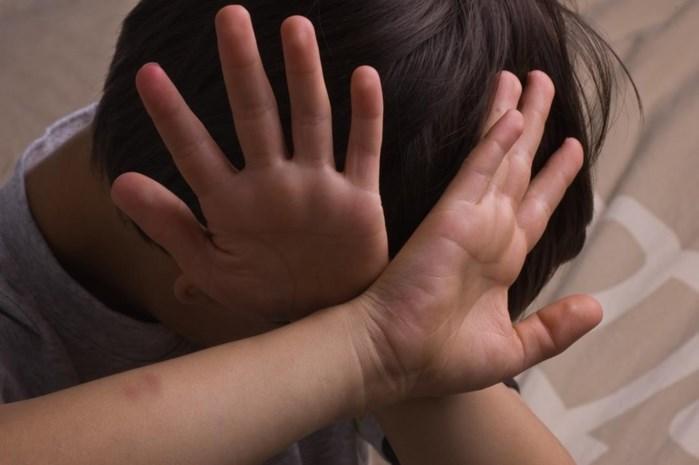 """Voorwaardelijke straf voor ouders die 6-jarige sloegen en hard brood lieten eten: """"Het kind rilde van de kou"""""""