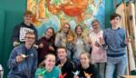 Leerlingen plooien kraanvogels voor vrede