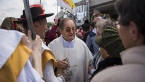 """Van """"abnormale homoseksuelen"""" tot """"feminisme is beerput"""": hoe radicaal katholieke priester uitslag Poolse verkiezingen kan bepalen"""