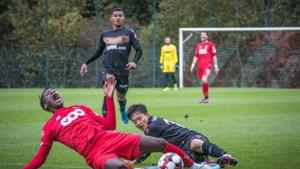 Hoezo vriendenmatchen? Trainer Belhocine krijgt rood bij Charleroi, STVV'er  trapt Limbombe van het veld