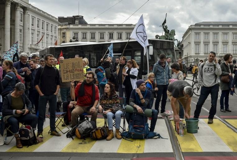 Politie zet waterkanon in om klimaatactivisten van Koningsplein te verdrijven tijdens 'Royal rebellion'-actie